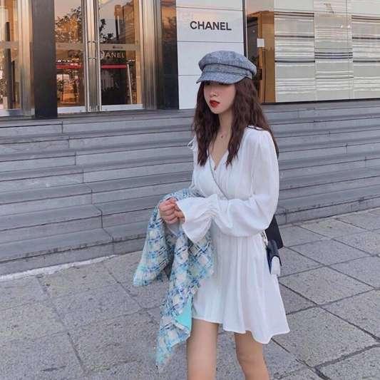 甜美白色喇叭袖收腰连衣裙