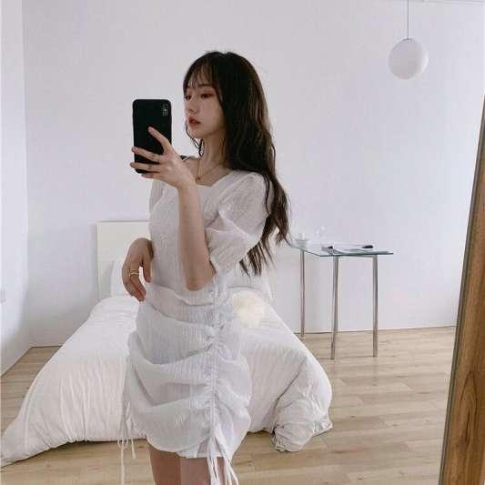 白色抽绳褶皱蓬蓬袖连衣裙